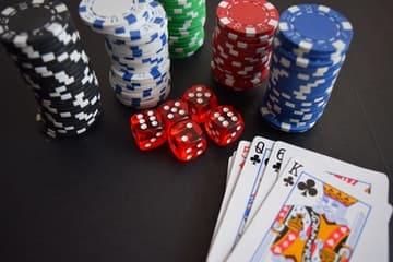 Fichas, dados y cartas de un maletín póker